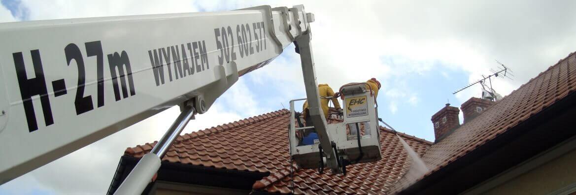 Mycie dachu w Krakowie z wykorzystaniem podnośnika koszowego