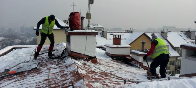 Usługi na wysokościach - odśnieżanie dachu