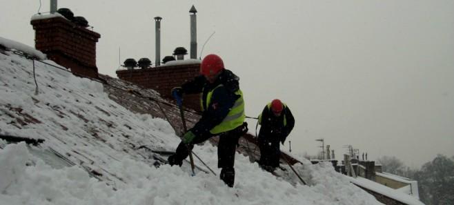 Usługi na wysokości - odśnieżanie dachu