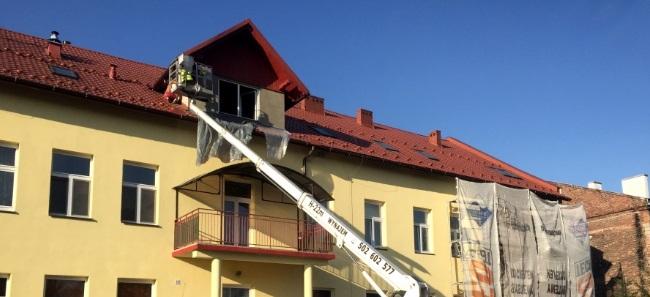 podnośnik koszowy do naprawy dachu