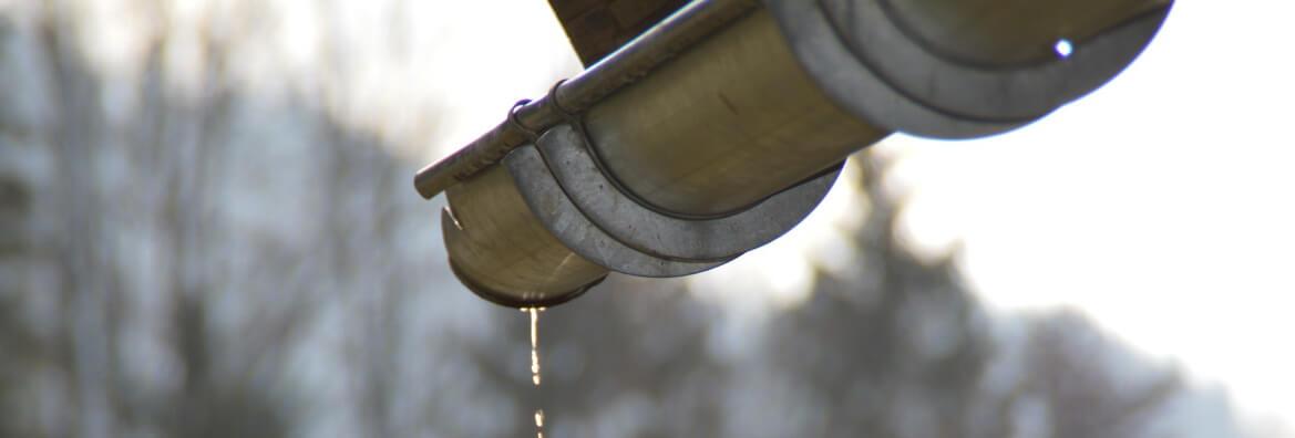 Czyszczenie rynien na zimę z podnosnika koszowego