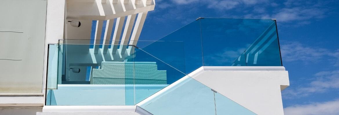 Czyszczenie szklanych balustrad z podnosnika