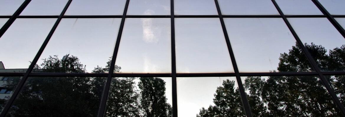 Elewacje szklane i ich mycie