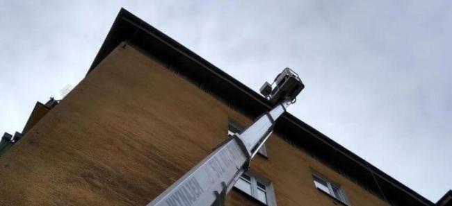 sprawdzanie dachu z podnosnika